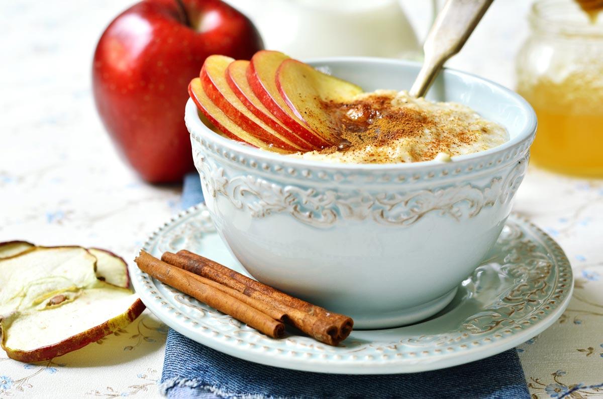 Porridge mit Zimt und Früchten